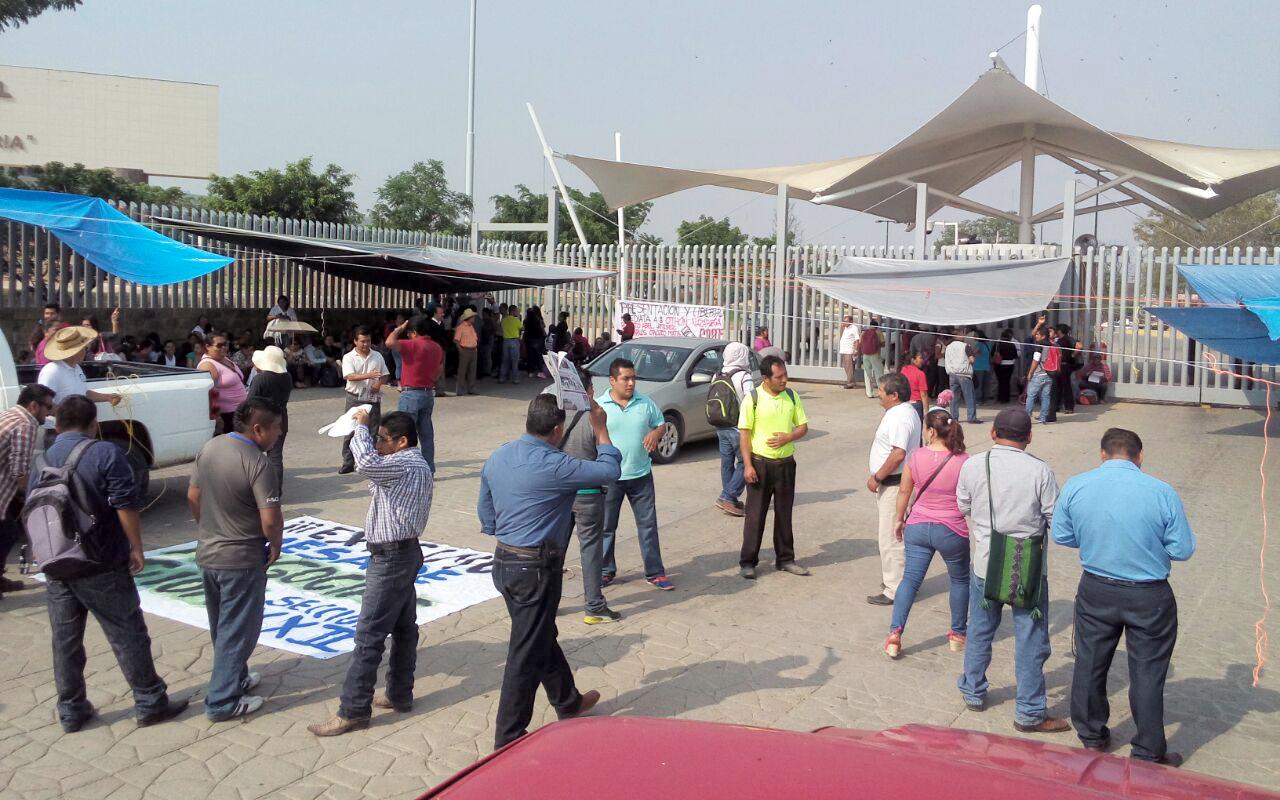 Sección 22 toma dependencias y caseta de Huitzo en Oaxaca