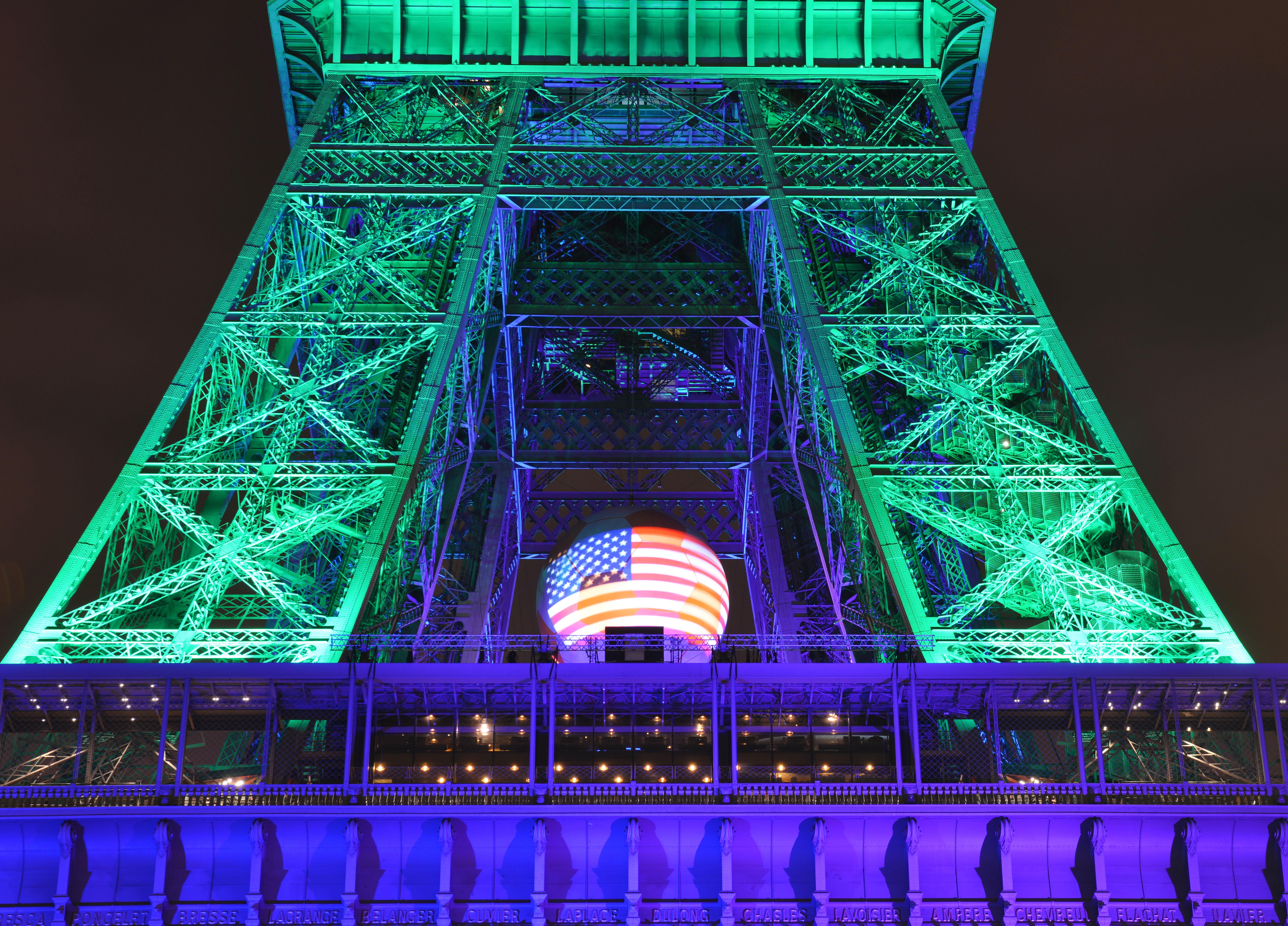 La Torre Eiffel se ilumina de colores de LGBT